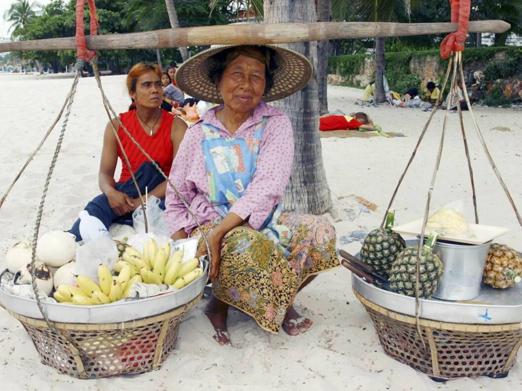 <strong>FERSK FRUKT:</strong> Denne damen har blant annet frukt og leskende drikke å by på, fra sitt mobile strandkjøkken. Foto: Vidar Engum