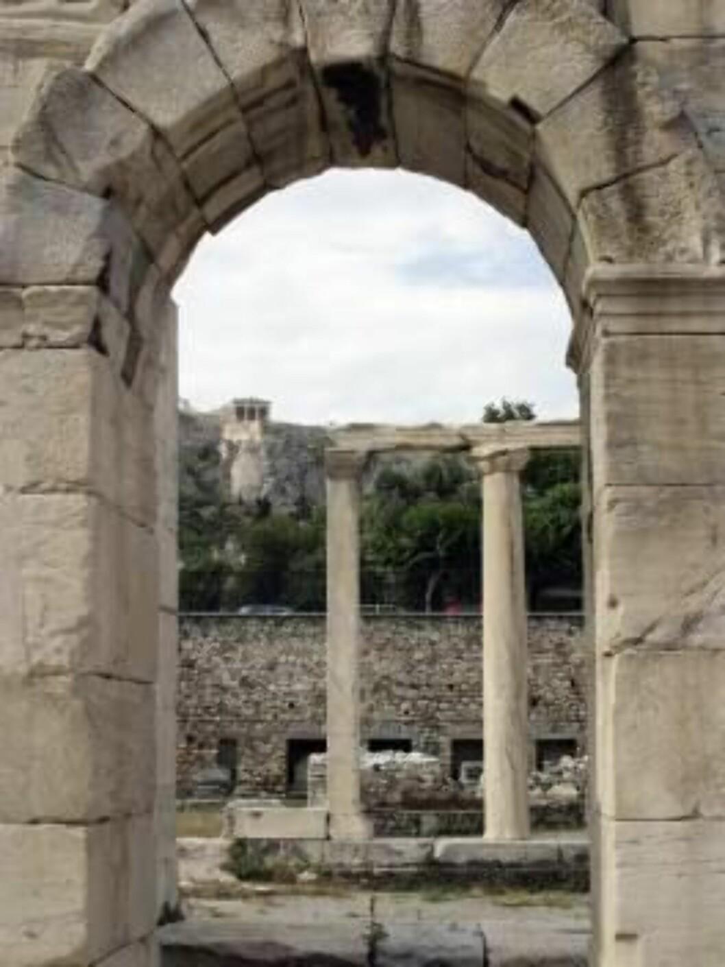 Akropolis ligger stolt og vokter over sin by, slik den har gjort det i over 2000 år.  Foto: Thomas Lillehagen Røyert Foto: Se og Hør