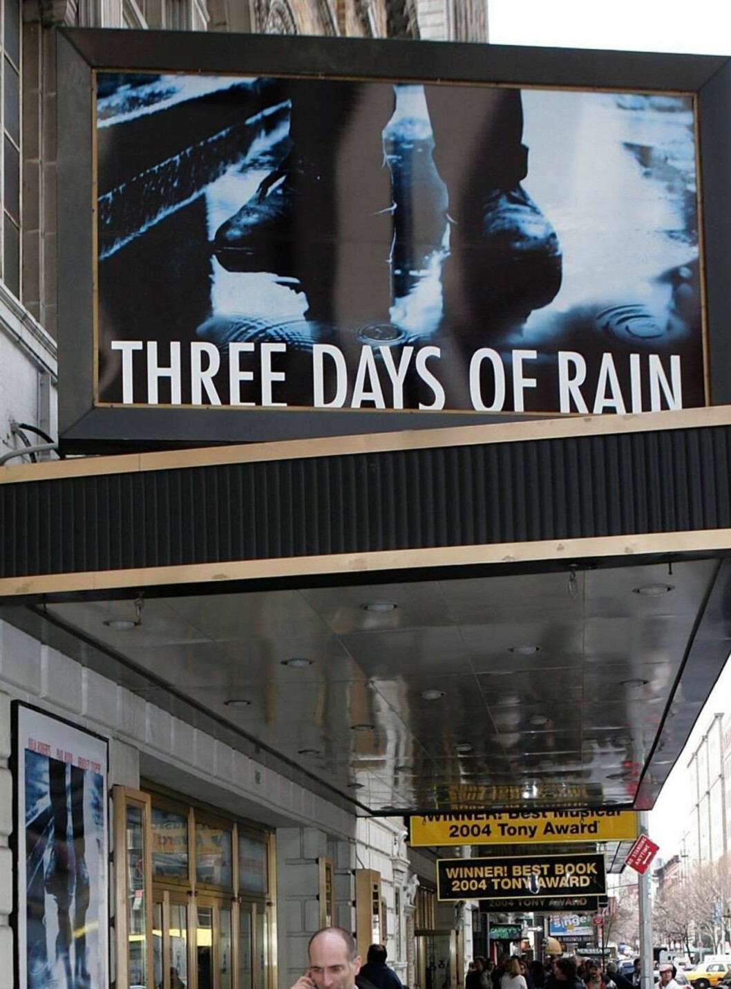 "<strong>NEW YORK - MARCH 24:</strong>  Signage for the ""Three Days of Rain"" is seen at Bernard B. Jacobs Theater on March 24, 2006 in New York City. Three Days of Rain starring Julia Roberts opens April 19, 2006.  (Photo by Paul Hawthorne/Getty Images)  * SPECIAL INSTRUCT Foto: All Over Press"