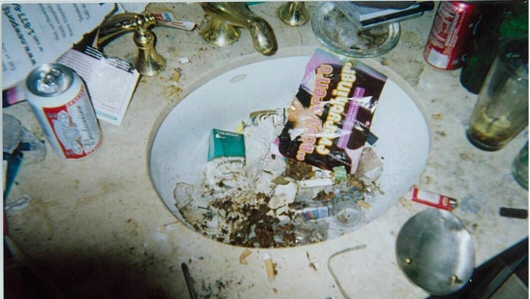 <strong>ROTTEREIR:</strong> Whitneys hjem bærer preg av narkotika. Ølbokser, skitt og sneiper fyller vasken på badet. Foto: National Enquirer