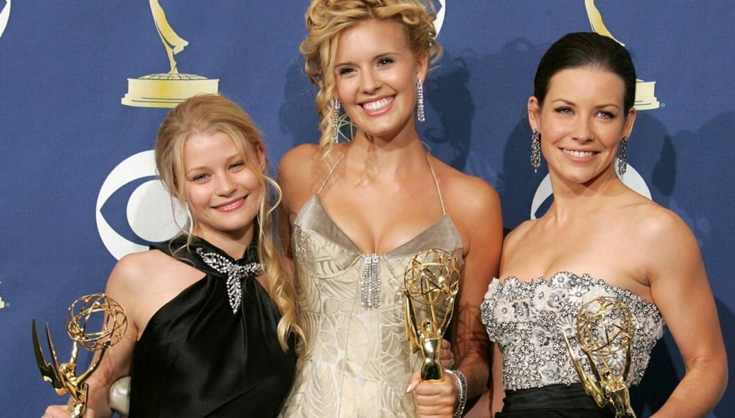 LOS ANGELES, CA - SEPTEMBER 18:  (L-R) Actresses Emilie de Ravin, Maggie Grace and Evangeline Lilly pose with the Emmy for Outstanding Drama Series in the press room at the 57th Annual Emmy Awards held at the Shrine Auditorium on September 18, 2005 in Los Foto: All Over Press