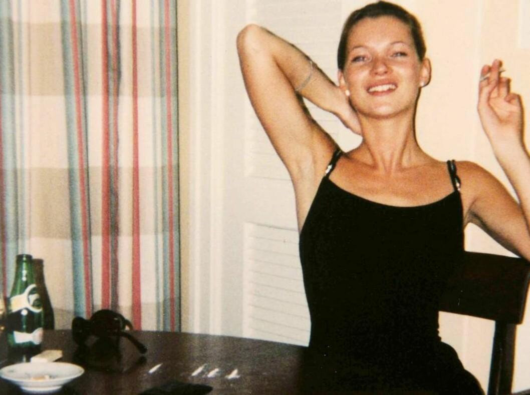 KOKAIN PÅ BORDET: Dette bildet ble tatt på hotellrommet til Kate Moss i Cape Town. Sjekk kokainstripene som ligger foran henne på bordet.   Foto: Colourpress
