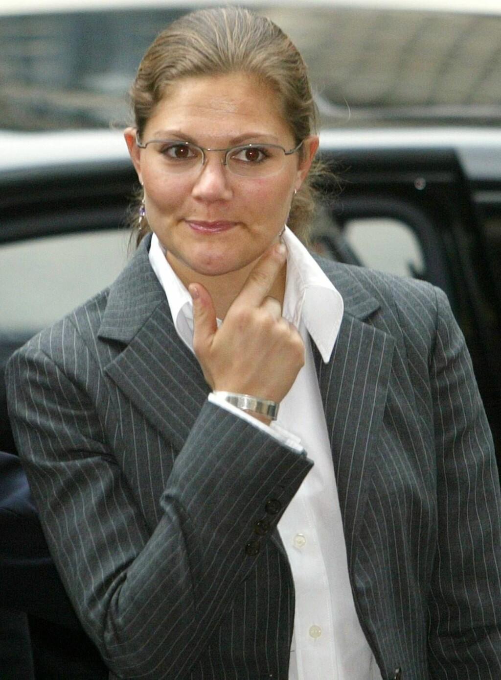 PEKEFINGER: Victoria har bedt kjæresten om å oppføre seg mer dannet - i trafikken. Foto: AP/SCANPIX