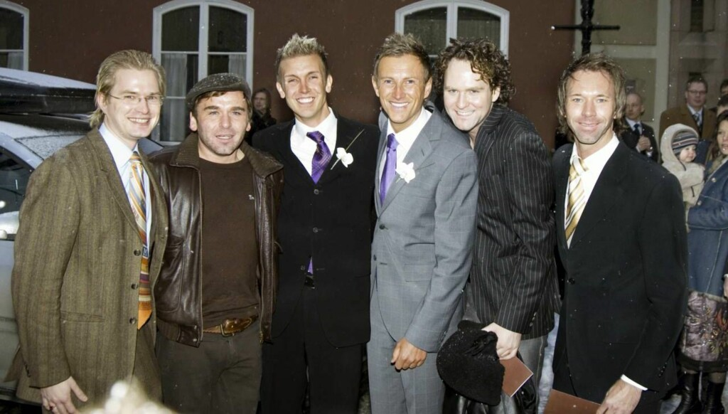 PATRULJERTE KIRKEN: De andre gutta i Homsepatruljen, John Ødegård Jensen (f.v.), Birger Løkeng, Adam Schjølberg og Jan Soløy var de første til å gratulere de nygifte.