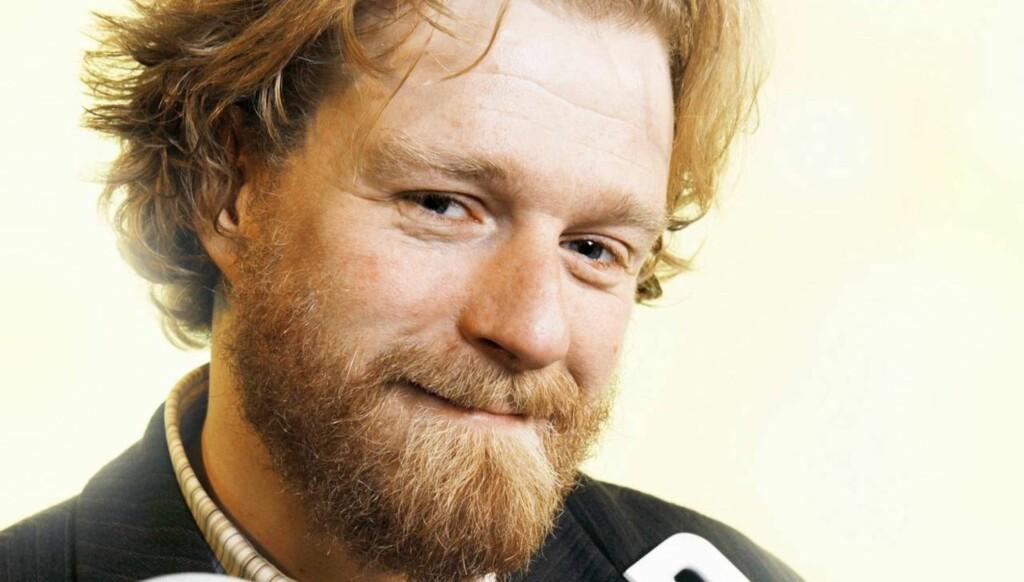 """ORDKUNSTNER: """"Typisk Norsk""""-programlederen startet sin tv-karriere som speaker for """"Lykkehjulet"""" og """"Jeopardy"""". Foto: NRK"""