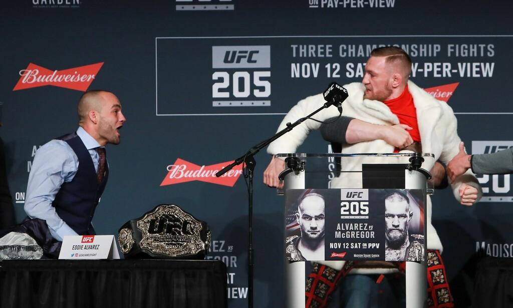 MÅTTE STOPPES: UFC-sjef Dana White måtte skille de to kamphanene under pressekonferansen. Conor McGregor blir her holdt av White. Eddie Alvarez til venstre. Foto: Michael Reaves/Getty Images/AFP