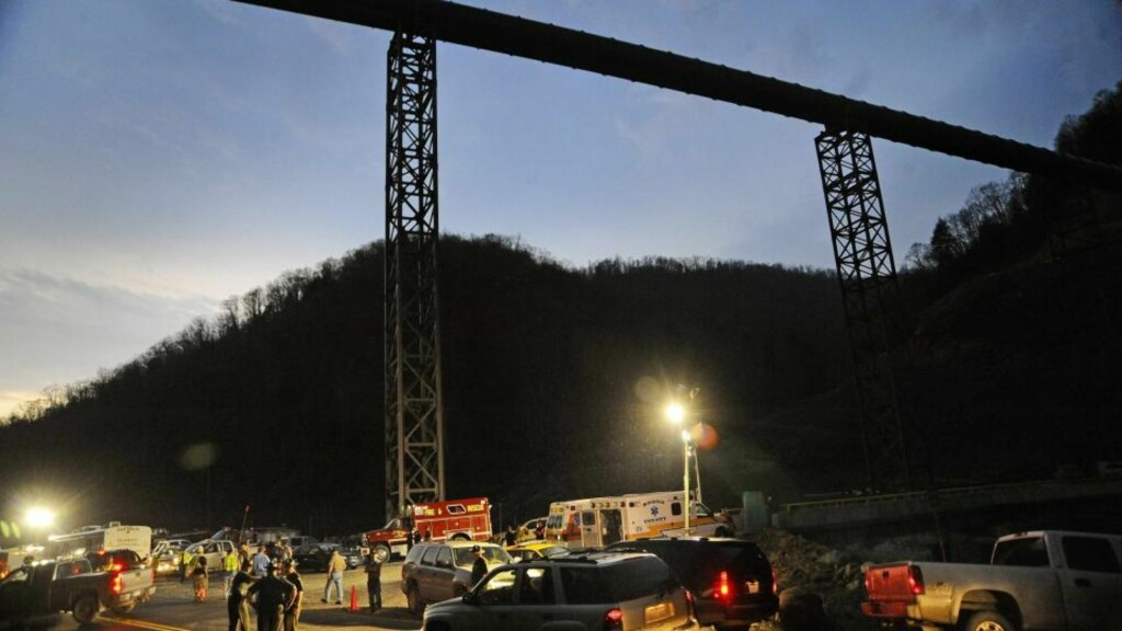 INNGANGEN:  Helsepersonell og redningsmannskap foran inngangen til ulykkesgruva i natt. FOTO: AP/SCANPIX.