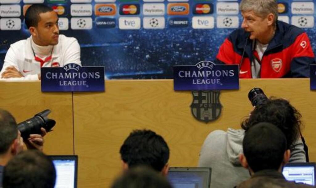 MANNEN ARSENAL FRYKTER: Spanske journalister fikk svaret på hvor rask Theo Walcott er på 100 meter - og også hvor rask Arsene Wenger er. - Jeg løper på 17 sekunder, hevdet franskmannen. Foto:  EPA/ALBERT OLIVE