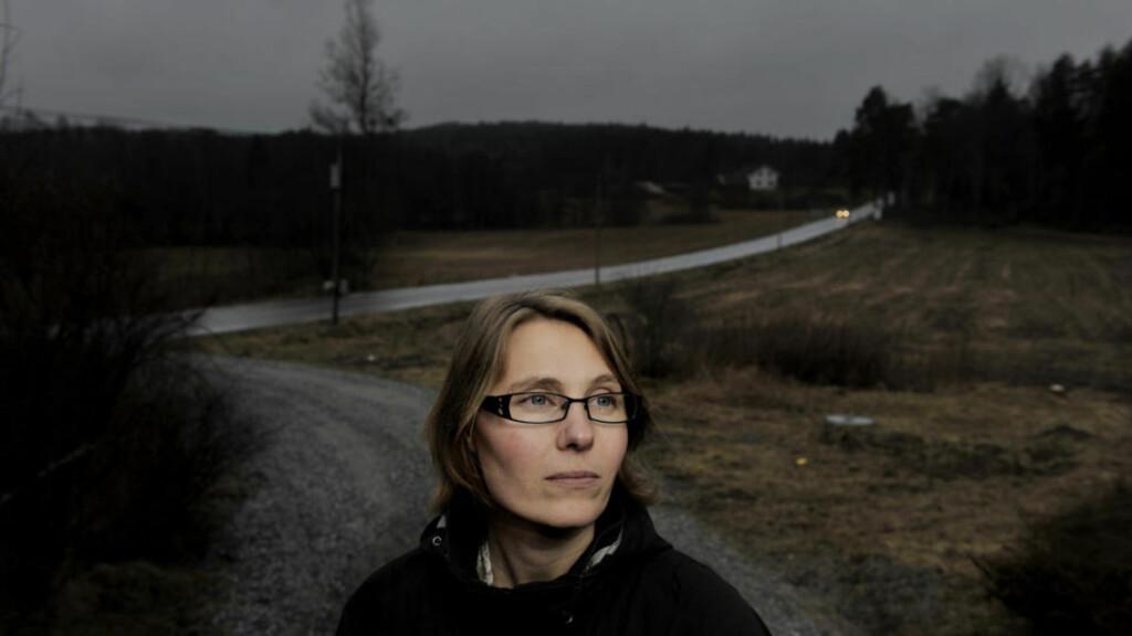 RAMMET: Elisabeth Sigvartsen sa ja til å ta en vaksine hun ble forsikret skulle være helt trygg. Det er hun bitter for i dag. Foto: John Terje Pedersen