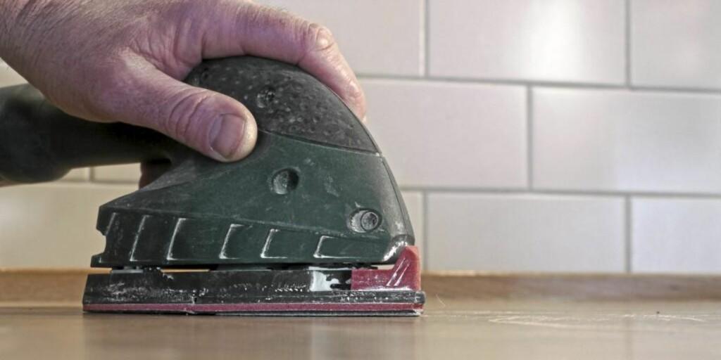 PUSS JEVNT: For å få en jevn overflate bør du bruke pussekloss eller eksentersliper. Foto: Øivind Lie