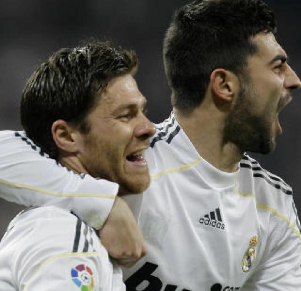 STORT TAP: Torres savner Real Madrid-duoen Xabi Alonso (t.v) og Alvaro Arbeloa. Foto: AP/Paul White