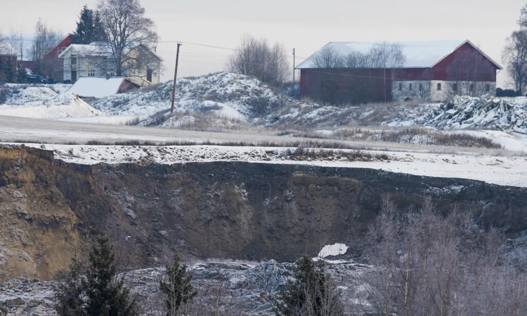 RASOMRÅDET: Bilder tatt fredag formiddag viser tydelig hvor store jordmasser som har forflyttet seg.  Tre litauiske arbeidere omkom i raset. Foto: Cornelius Poppe, NTB Scanpix.