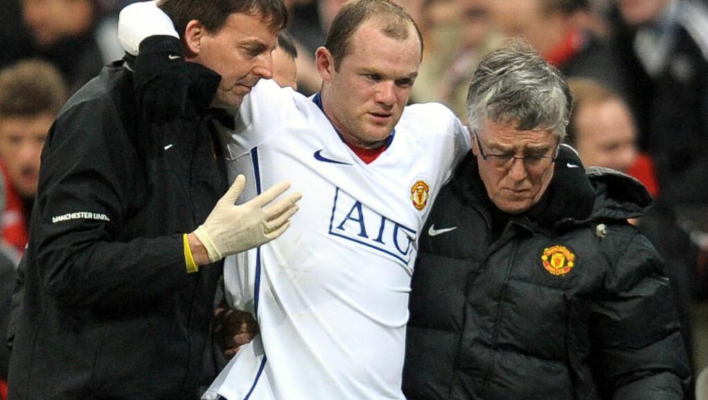 ALLEREDE TILBAKE? Wayne Rooney måtte ha hjelp til å gå forrige tirsdag. Nå ryktes det at 24-åringen allerede er klar til å spille i kveld. Foto:   AFP/ANDREW YATES