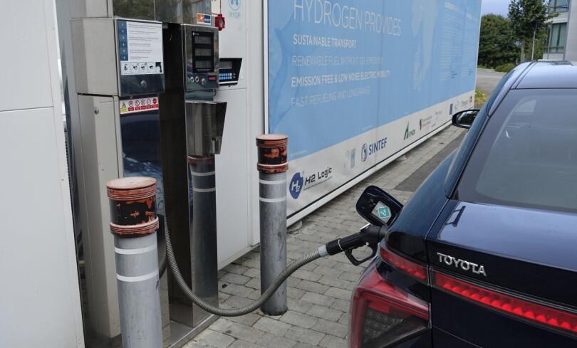 NESTEN SOM VANLIG: Å fylle hydrogen krever litt tilvenning, men tar ikke nevneverdig mer tid enn å fylle bensin eller diesel. Med fulle tanker - cirka fem kilo hydrogen - kan man håpe på en rekkevidde på mellom 40 og 50 mil i realiteten. Oppgitt teoretisk rekkevidde er 550 kilometer. Foto: Knut Moberg