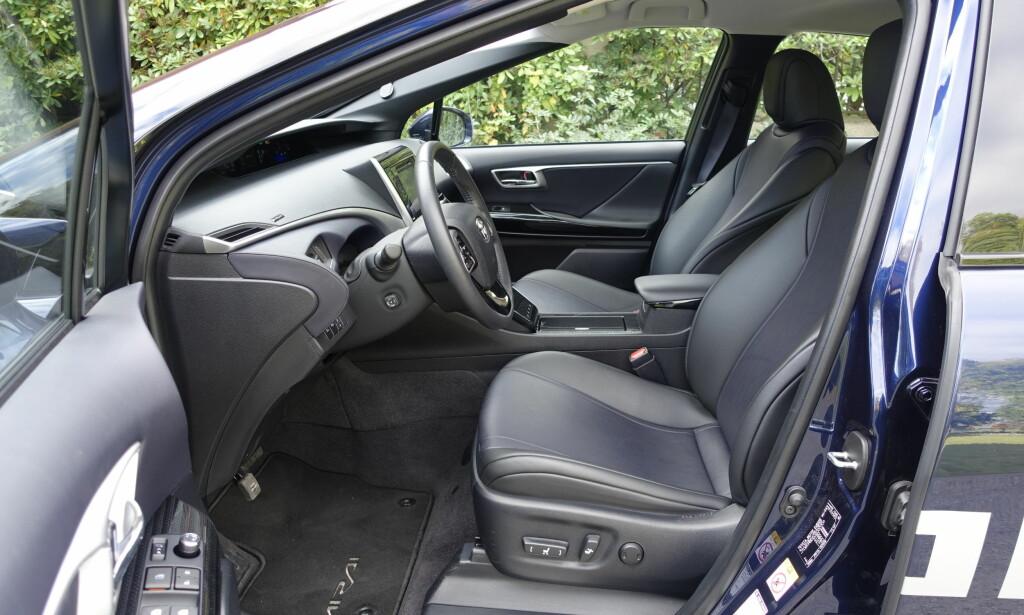SITTER GODT: I Mirai opplevde vi de beste setene vi kan huske å ha sittet i i en Toyota. Foto: Knut Moberg