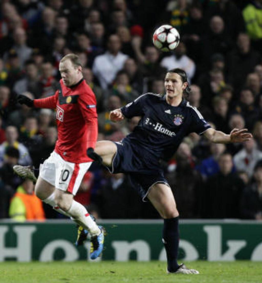 VISSTE AT ROONEY HADDE VONDT: Bayern-stopper Daniel van Buyten sparket borti Rooney nede ved ankelområdet et par ganger i første omgang - enten det skyldtes uflaks eller ei. Foto: AP Photo/Jon Super