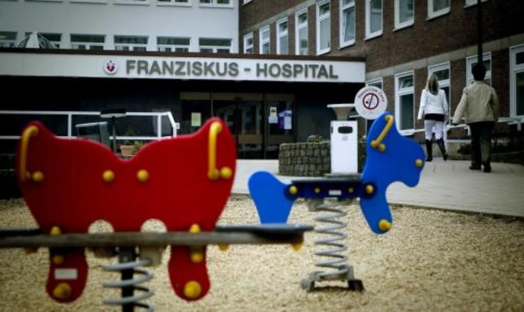 TILRETTELAGT FOR BARN: Folk i alle aldre kommer og går til og fra Franziskus sykehus som er tilrettelagt for barn. FOTO: BJØRN LANGSEM