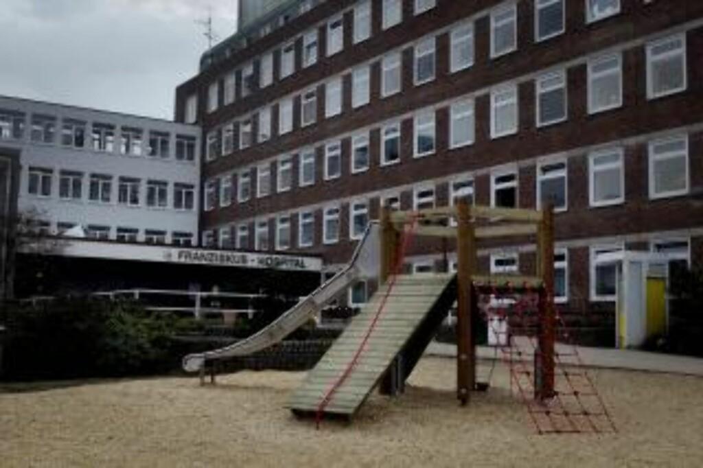 BOR I PRESTEBOLIGEN: En stor lekeplass for barn pryder inngangspartiet av Franziskus Hospital i Osnabrück i Tyskland, hvor avgårr biskop Georg Müller har bodd siden desember. FOTO: BJØRN LANGSEM