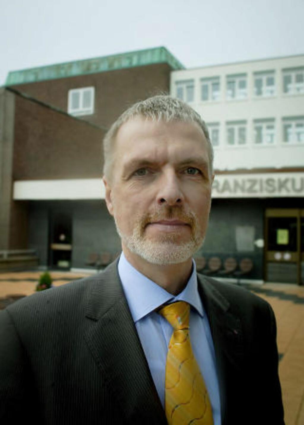 OVERRASKET: Pressetalsmann ved sykehuset, Roland Knillmann, møtte Dagbladet. Foto: Bjørn Langsem