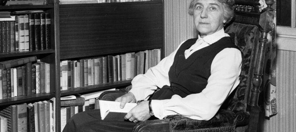 SATT I FANGELEIR: Ingrid Bjerkås ble erklært psykisk syk og plassert i en fangeleir på Grini etter å ha skrevet to kritiske brev til Quisling. Her er hun avbildet i sitt hjem i 1961, tre dager før hun ble ordinert til prest. Arkivfoto: SCANPIX