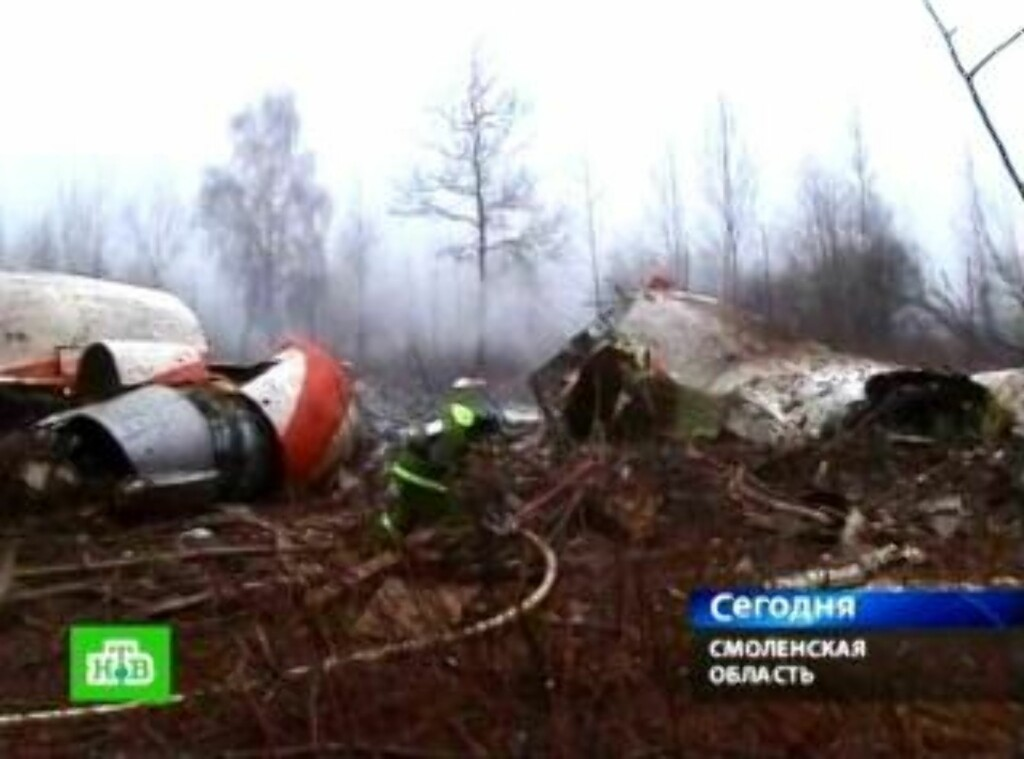 VRAKDEL: Ifølge et øyenvitne krasjet flyet og delte seg i flere deler. Her er noen av dem, fra den russiske TV-kanalen NTV. Foto: EPA/NTV