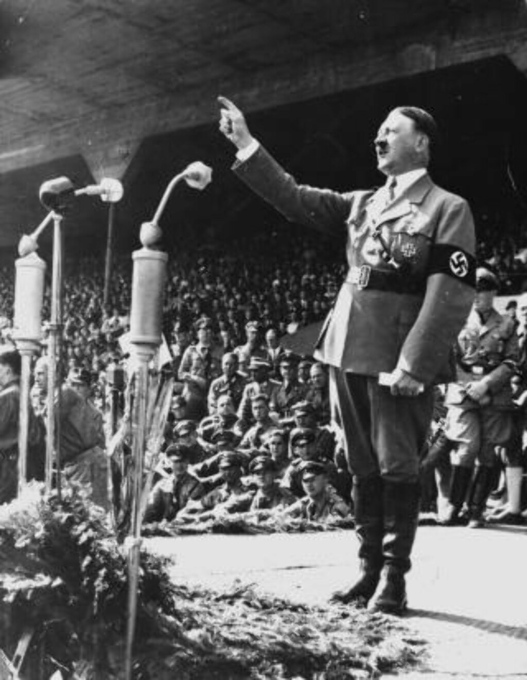 SYNDEN: Den tyske kansleren Adolf Hitler i kjent positur under en tale i mai 1937 på et ukjent sted i Tyskland. Foto: AP Photo