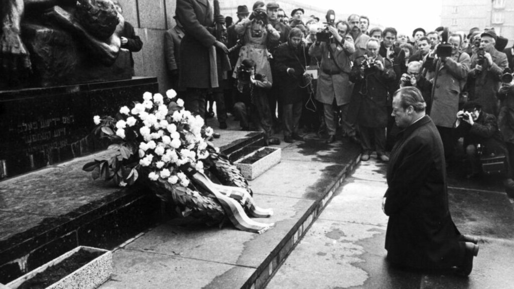 TILGIVELSE: Dette bildet fra 7. desember 1970, av Vest-Tysklands forbundskansler Willy Brandt som kneler ved monumentet over ofrene etter oppstanden i Warszawa-gettoen i 1943, har blitt selve symbolet på den tyske regjeringens vilje til oppgjør med fortida. Foto: NTB-arkiv /Scanpix