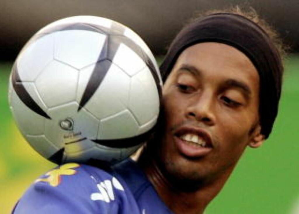 SKULDEREKSPERT: Få fotballspillere matcher Ronaldinhos teknikk med skuldrene. Hvor ofte han faktisk får bruk for det, er en annen sak, men sjekk denne YouTube-videoen for et godt eksempel. Foto: Marcos Brindicci, Reuters/Scanpix
