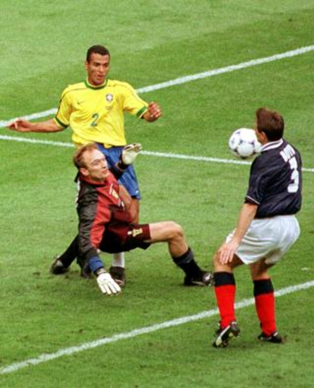 DETTE ER OGSÅ LOV: ... men ikke å anbefale. Skotske Tommy Boyd scorer selvmål med skulderen mot Brasil under VM 1998. Scoringen ga Brasil 2-1-seier, som bidro til at de vant gruppe A ett poeng foran Norge.Foto: Remy de la Mauviniere, AP/Scanpix