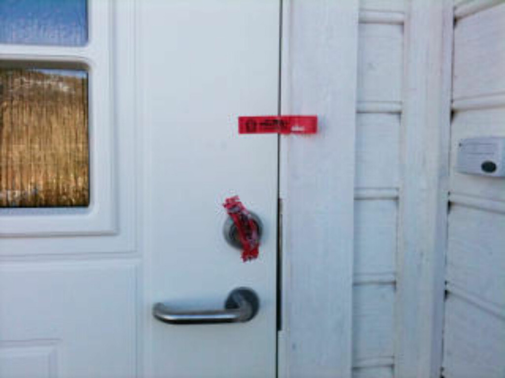 RANSAKET: Huset der nachspielet pågikk natt til søndag var i dag plombert av politiet. MMS-Foto: LASSE LJUNG