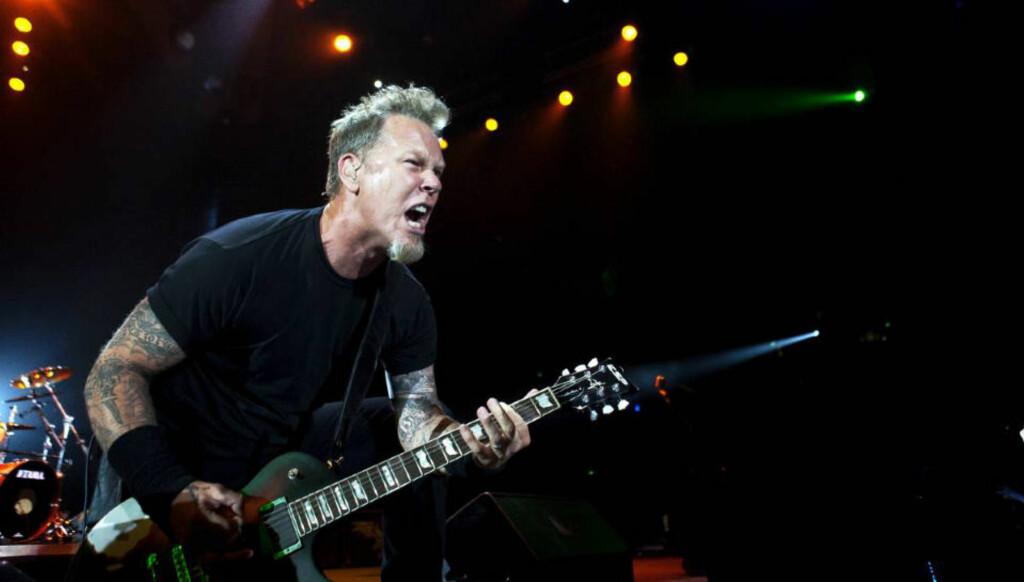 FETE SAKER: James Hetfield, sanger og gitarist i Metallica, sørget for energisk og god stemning i Telenor Arena på Fornebu tirsdag. I kveld er de tilbake på scenen. Foto: Nina Hansen