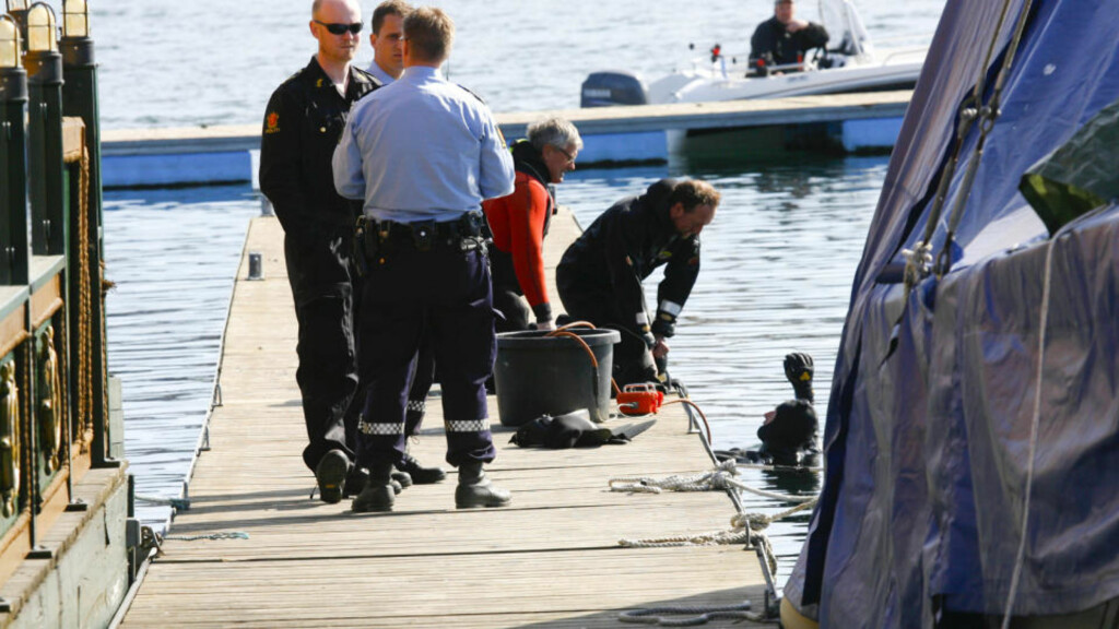 DRAPSALARM: Dykkere har siden klokken ni i morges søkt under vannoverflaten etter en død person. Hittil har de ikke funnet noe. Foto: Torbjørn Berg / Dagbladet