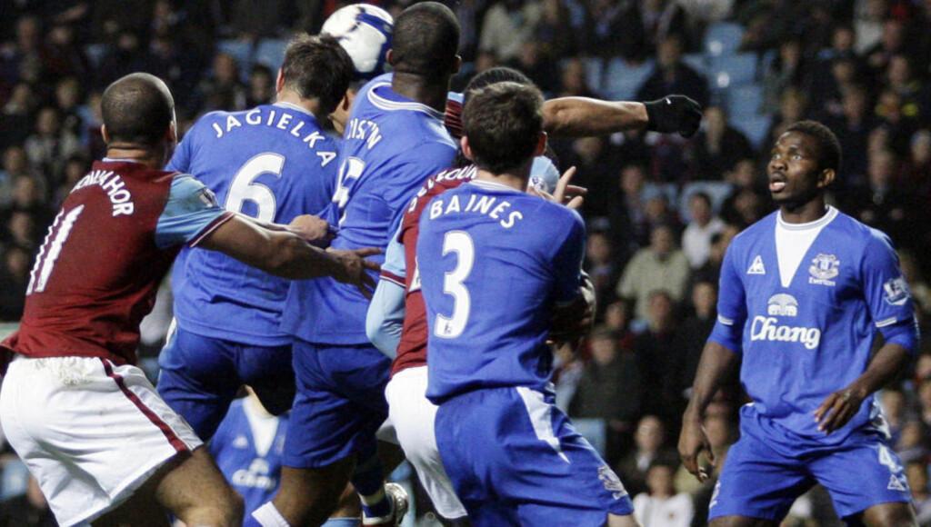 MØLJE: Midt i denne klynga - under press fra en delvis skjult John Carew - stusser Evertons Phil Jagielka ballen i eget nett i første tilleggsminutt.Foto: Matt Dunham, AP/Scanpix
