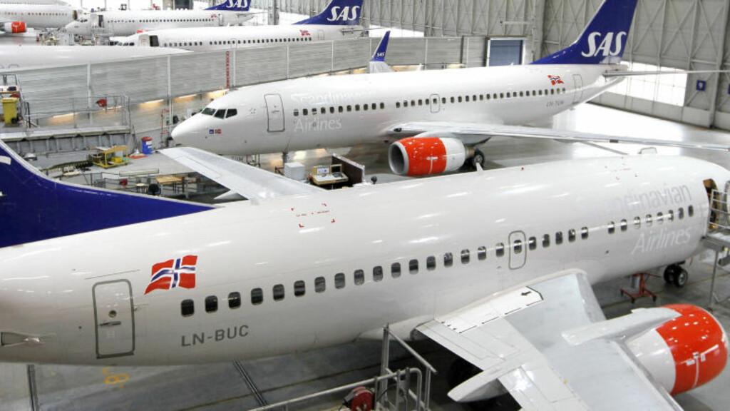 STÅR PÅ BAKKEN: All flytrafikk ble i dag stanset på grunn av at aske fra vulkanutbruddet på Island har kommet inn i norsk luftrom.  Foto: Erlend Aas / Scanpix