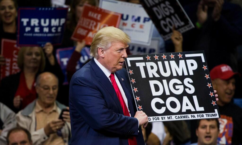 DIGGER KØL: Donald Trump har vært klar i sin støtte til kullindustrien, noe som utvilsomt hjalp ham til valgseire i kullstatene Ohio og Pennsylvania, der dette bildet er fra. Foto: AFP PHOTO / DOMINICK REUTER