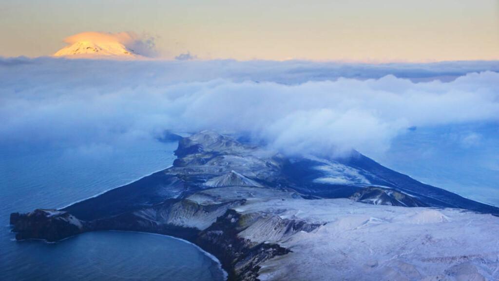 GA OSS ET LITE, NYTT STYKKE NORGE: På Jan Mayen ligger Norges eneste aktive vulkan Beerenberg. Utbruddet i 1970 ga oss fem kvadratkilometer nytt land, leksikon måtte oppdateres. Beerenberg (bak til venstre) er på 2277 moh.  Foto: Heiko Junge / Scanpix