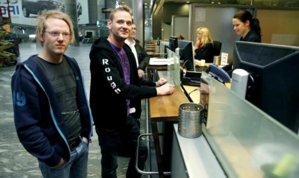 MÅ BO PÅ BRORENS SOFA: Stian Hansen (21) (til venstre) dro til Oslo for å få med seg Metallica-konsert på onsdag. Nå bor han på sofaen til broren, Kent Gjøran Hansen (25), i påvente av at det skal gå fly til Evenes. Foto: Jacques Hvistendahl