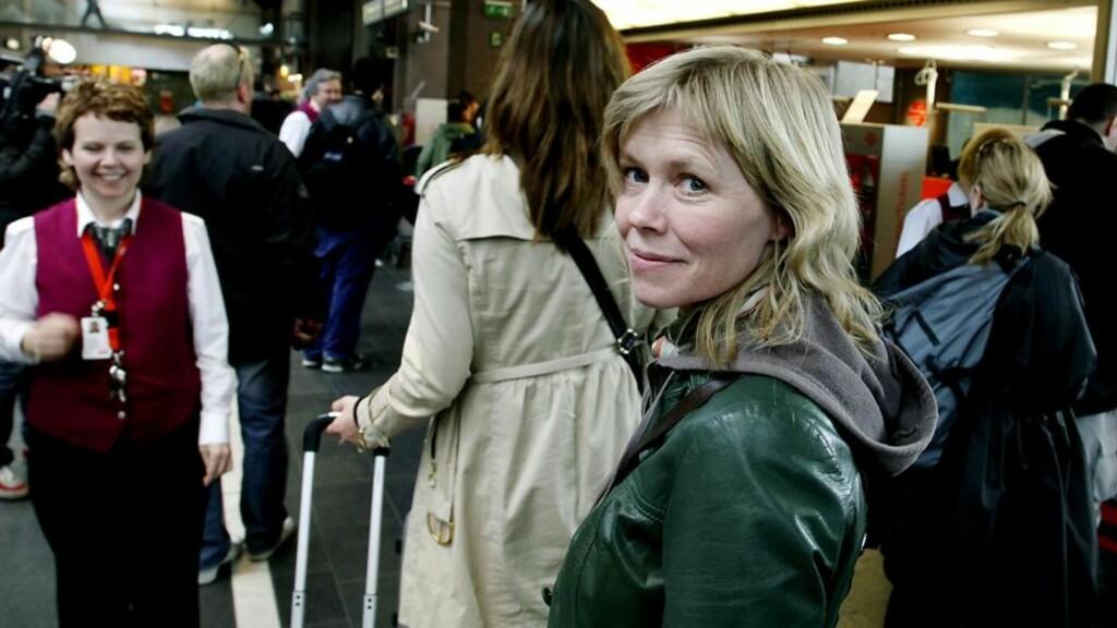 MÅ TA TOGET: Åslaug Krokann Berg (42) hadde tenkt å fly til Vesterålen i morgen. I stedet må hun ta tog til Trondheim, nattog til Fauske og buss fra Fauske til Sortland. I dag fikk hun beskjed om at ventetiden på telefon til NSB var 25 minutter.  Foto: Jacques Hvistendahl