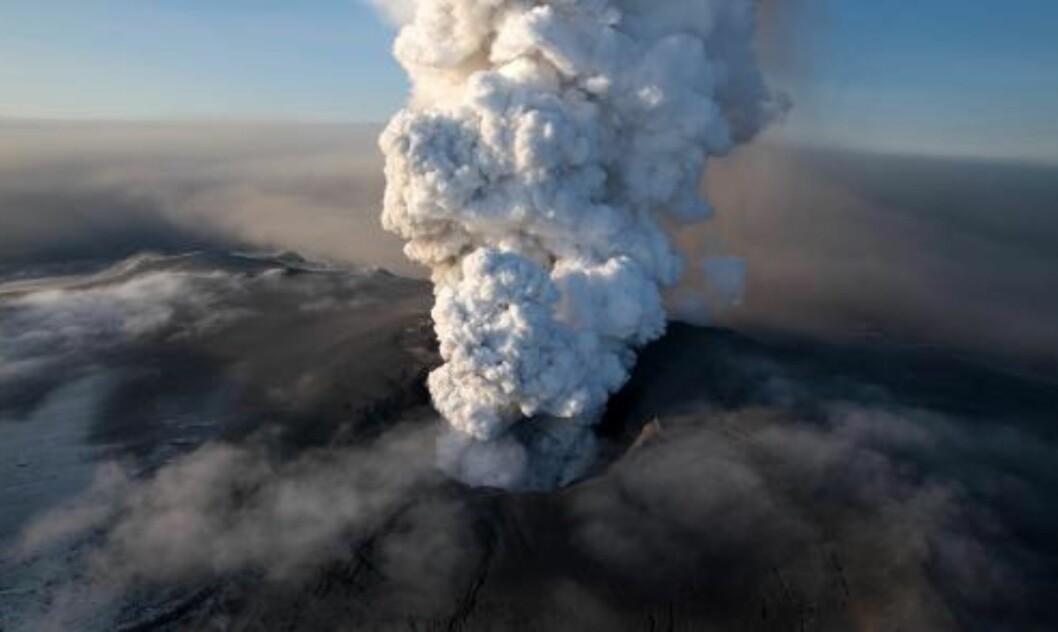 <strong>BULDRET TIL LIV:</strong> Eyjafjallajökull spyr materiale mer enn 10 km opp i atmosfæren. Jetstrømmene kan spre det over enorme geografiske avstander. Foto: AP Photo/Arnar Thorisson/Helicopter.is