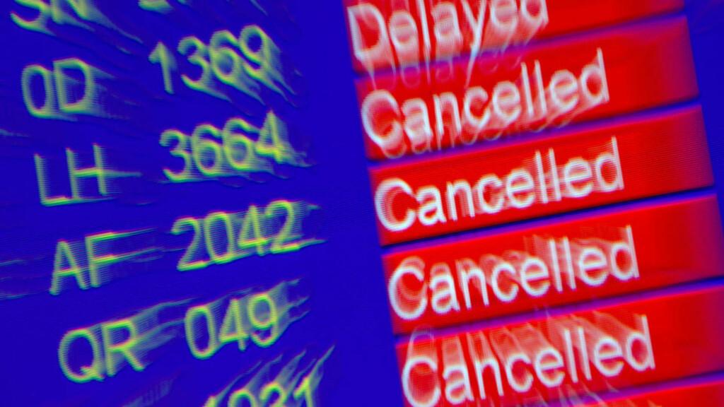 OVERSIKTLIG:  Infotavla på den internasjonale flyplassen i Geneve i formiddag. FOTO: AFP/SCANPIX.