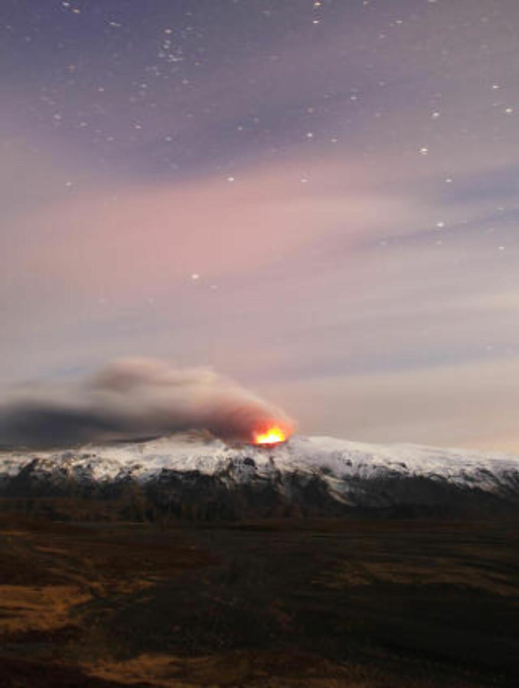 LAMMET EUROPA: Eyjafjallajökull under utbrudd er et malerisk skue, men vulkanen har den siste uka forårsaket enorme problemer for den europeiske flytrafikken. Foto: LUCAS JACKSON/REUTERS/SCANPIX