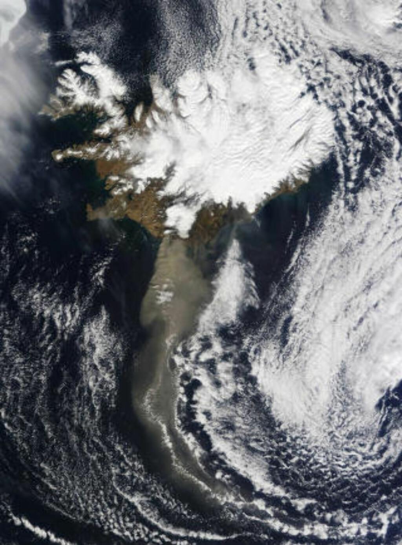 FRA ROMMET: Island og askespredningen sett fra Nasa-satellitten «Terra». Foto: AP/NASA