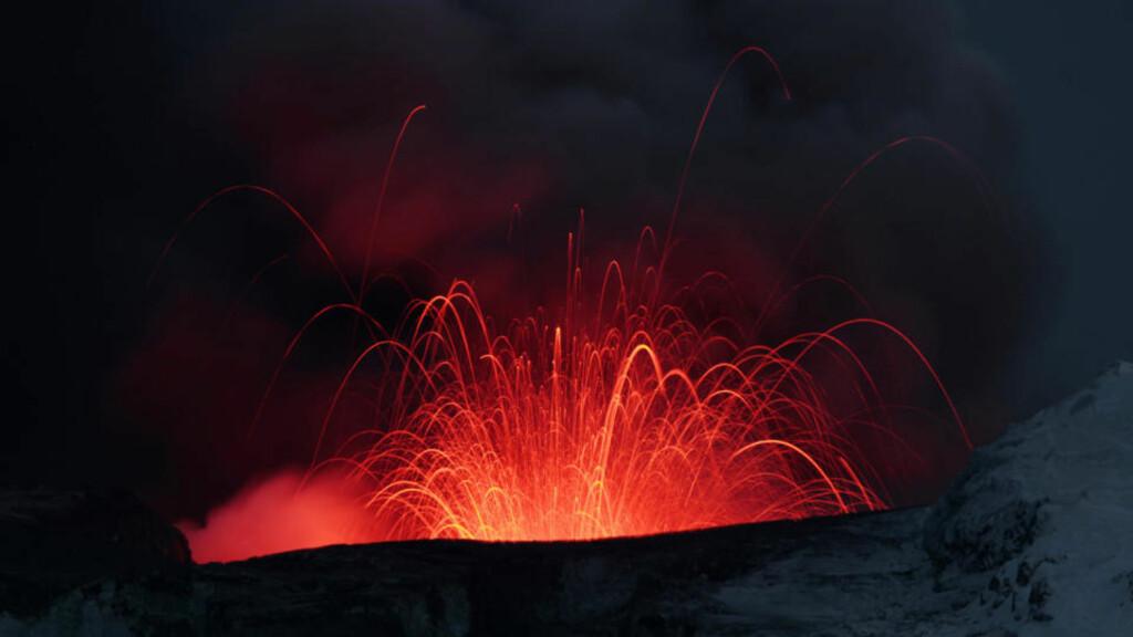 SPYR LAVA: Eyjafjallajökull har det siste døgnet gått over fra å spy ut hovedsakelig aske til å støte ut glødende lava. Det viser at utbruddet er inne i sin siste fase. Foto: LUCAS JACKSON/REUTERS/SCANPIX