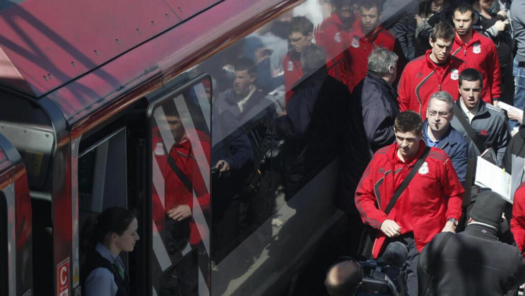 PÅ VEI TIL MADRID: Kl. 15 i gikk Steven Gerrard og Liverpool-spillerne ombord på toget, med kurs for Madrid. Dersom flytrafikken åpnes utover ettermiddagen vil laget fly fra London, ellers blir det tog og buss via Frankrike og til Spania. Foto: REUTERS/Phil Noble