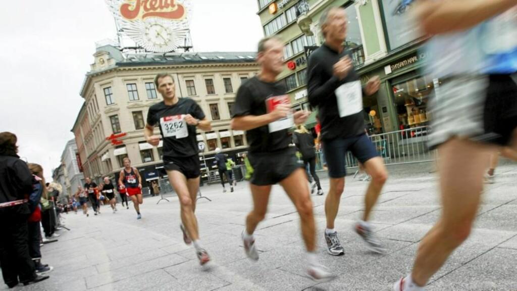 LØPEBØLGE: Norske menn veier i snitt 9 kg mer enn for 40 år siden. Nå skal vi løpe av oss kiloene - med eller uten sko. Illustrasjonsfoto: Scanpix