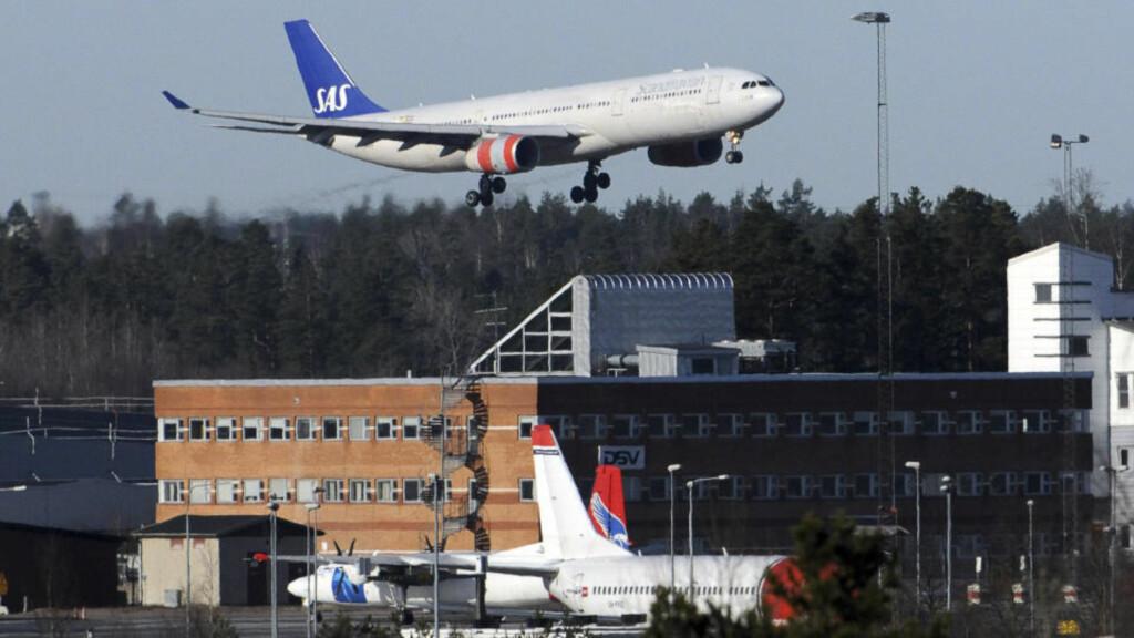 LANDET: Dette SAS-flyet var det første som landet på Arlanda utenfor Stockholm i går. Foto: REUTERS/Scanpix/Johan Nilsson/Scanpix