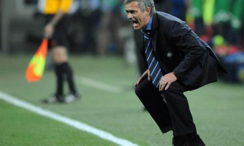 ENGASJERT: Men José Mourinho slapp i hvert fall straff for å gå utenfor sin tekniske sone.... Foto:  EPA/DANIEL DAL ZENNARO