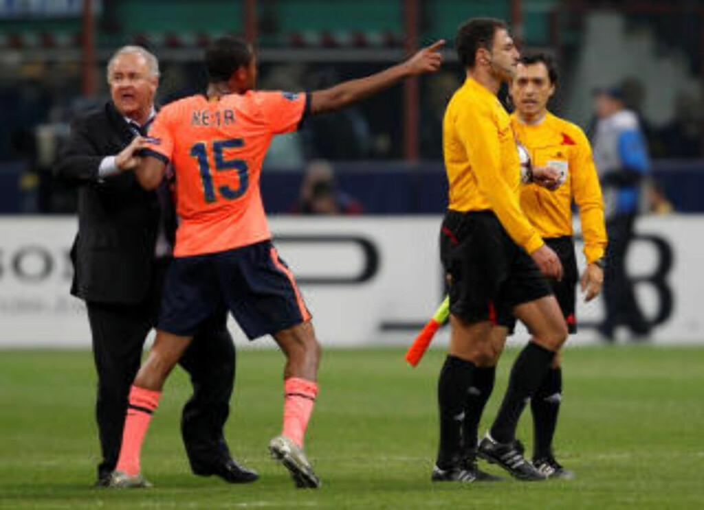 MISFORNØYD: Seydou Keita og resten av Barcelona var svært misfornøyd med innsatsen til den portugisiske dommeren. Foto: SCANPIX