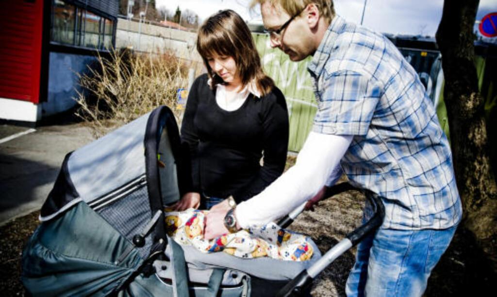 SENGELIGGENDE: Anne May Eknes og samboer Ingar Fjeldheim har to små barn. Anne May var sengeliggende under store deler av svangerskapene. Foto: Thomas Rasmus Skaug