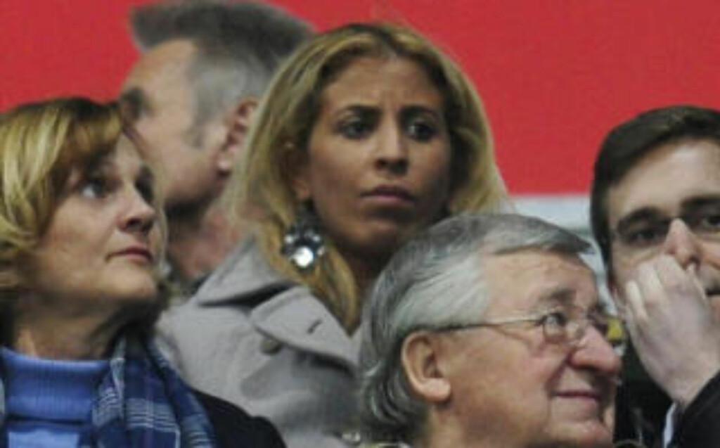 KONA PÅ PLASS: Wahiba Belhami satt på tribunen og så at ektemannen ble utvist i går kveld. Foto: AFP